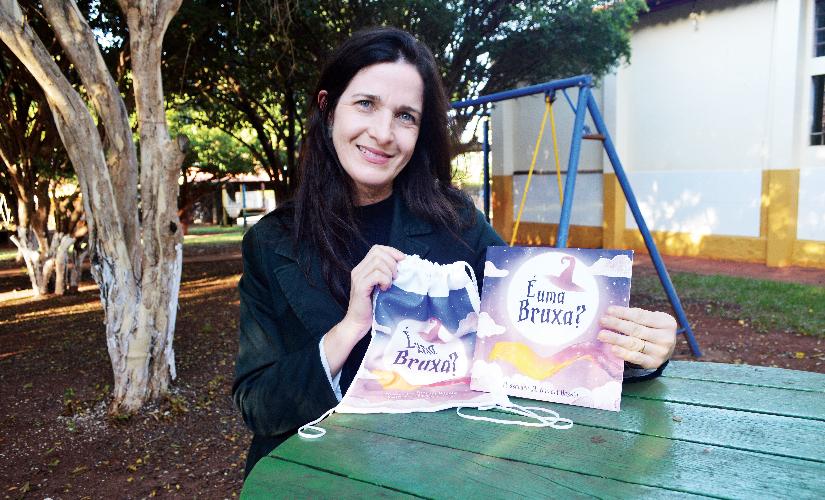Livro infantil revela história em sala de aula