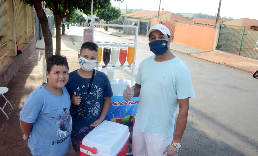 Com ajuda do filho, pai vende raspadinha para complementar renda durante a pandemia