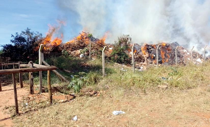 Fogo no aterro de Bernardino prejudica campo e moradores