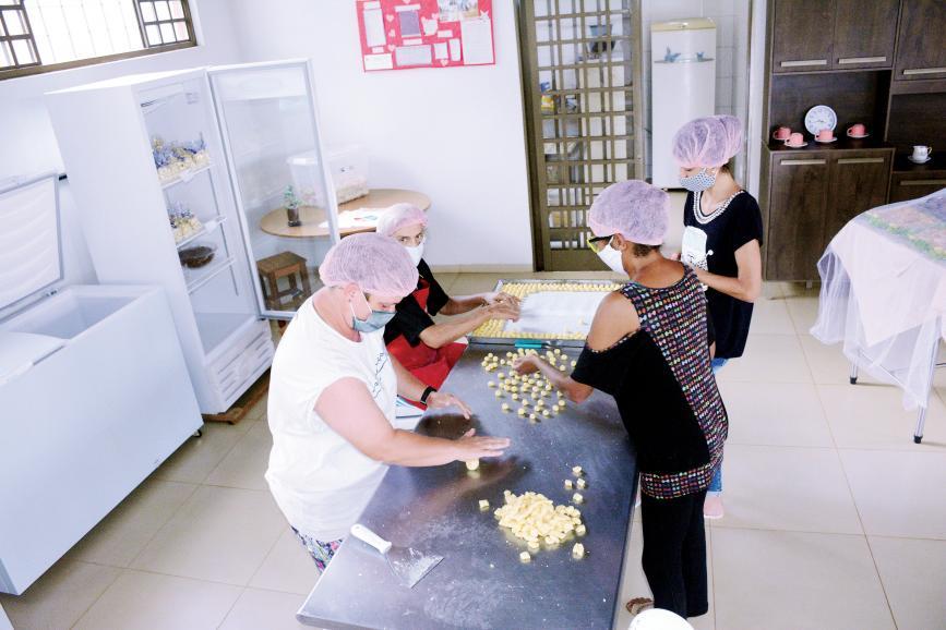 Mulheres da Fazenda da Esperança trabalham fazendo pães, biscoitos e bolos para vender