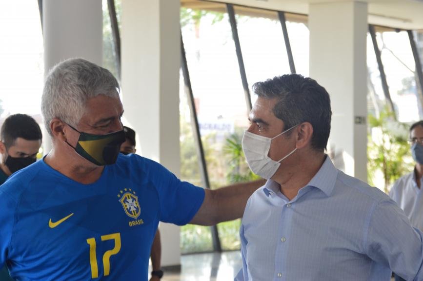 Olímpio conversa com o ex-secretário de Segurança Pública de Ourinhos, o coronel Wagner Soares (Foto: André Fleury)