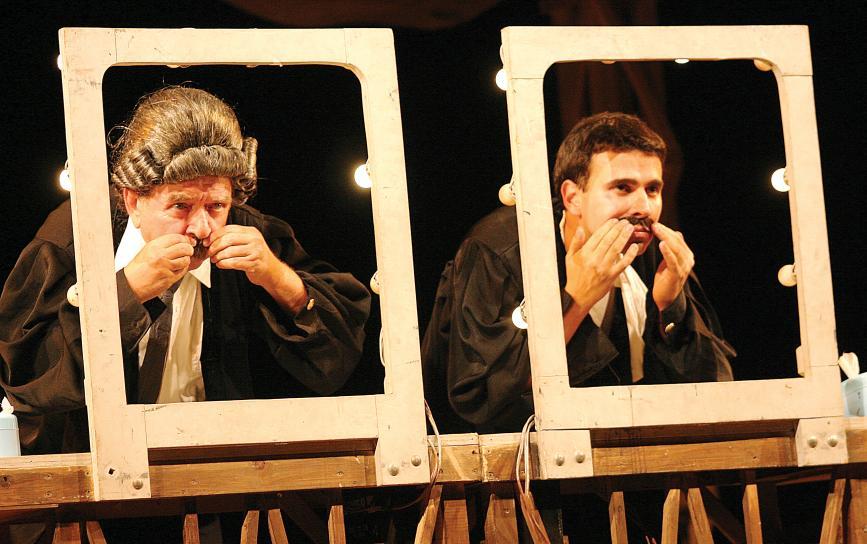 """No teatro em """"Avesso"""", com o filho Beto Magnani,"""