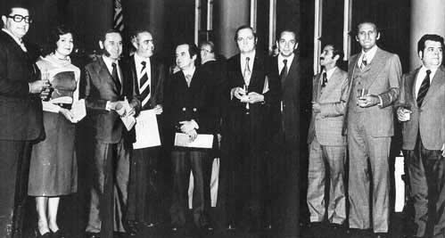 Em 1975, durante homenagem, Ávila é o terceiro a partir da esquerda, ao lado da mulher Antônia
