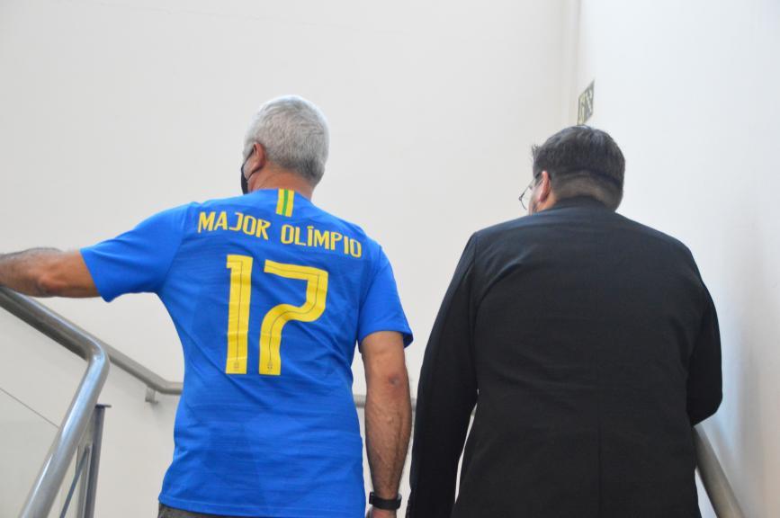 Olímpio sobe as escadas da Câmara ao lado do presidente do PSL municipal Lucas Pereira  (Foto: André Fleury)