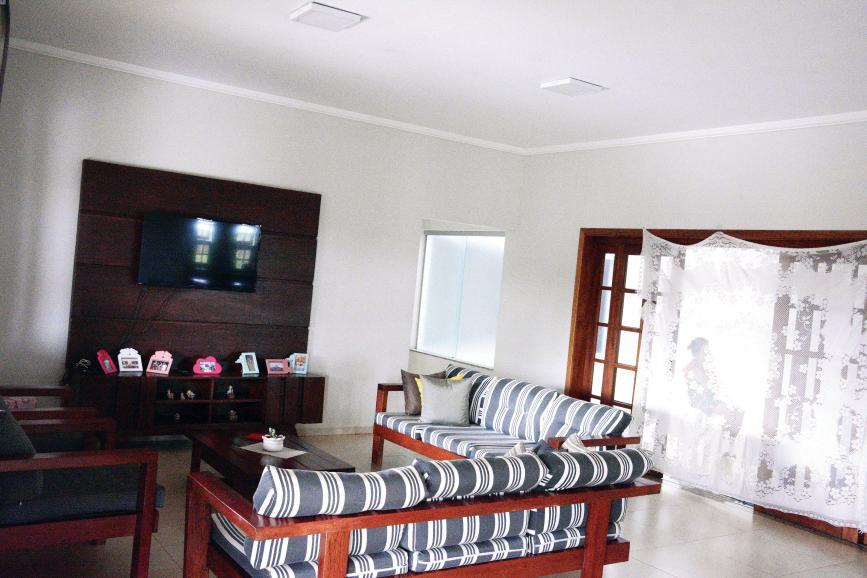 Uma confortável sala na segunda casa serve para abrigar as mulheres da organização