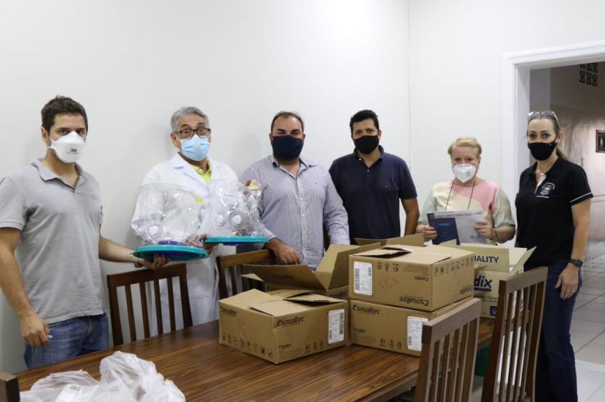 Autoridades recebem dos empresários Caito e Daniel Goulart os capacetes Elmo