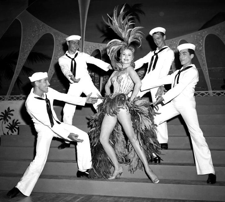Em foto de 1957, Rhonda começa a se destacar também como cantora