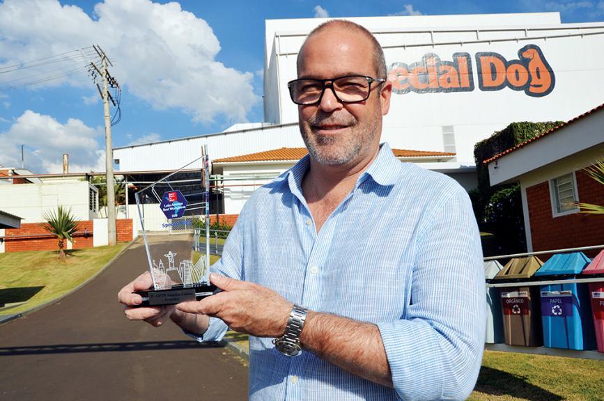 O empresário Erik Manfrim segura prêmio que a empresa conquistou em 2017
