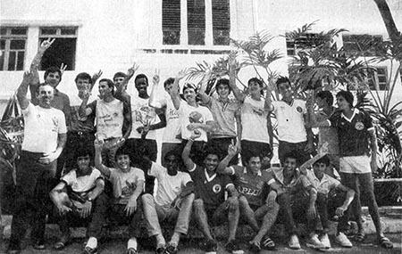 """Em 1985, Aldo precisou de uma autorização judicial para viajar pela seleção brasileira sub-17, pois tinha apenas 16 anos; abaixo, a concentração no Rio de Janeiro, em foto publicada pela revista """"Placar"""""""