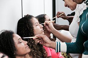 Voluntárias da vila Divineia estão tendo aulas de maquiagem com Natália Locali