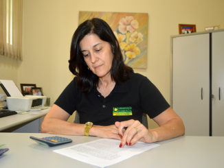 A gerente da ACE, Mara Santana de Araújo, calcula número de inadimplentes em Santa Cruz