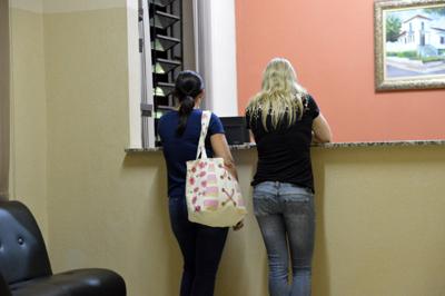 Irmãs de Sueli chegam ao plantão em busca de informações sobre a mãe