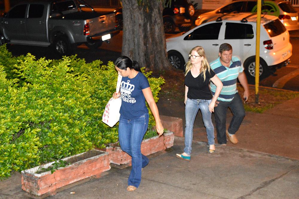 Duas irmãs e o cunhado de Sueli chegam ao plantão da Polícia Civil