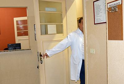 Médico entra na sala para examinar Maria da Conceição