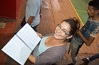 CONTROLE — Edilaine Lourenço mostra caderno que controla presença