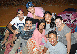 Grupos de universitários amigos passaram a noite no ginásio conversando