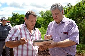 O secretário municipal Luciano Massoca assina ordem de interdição do aterro