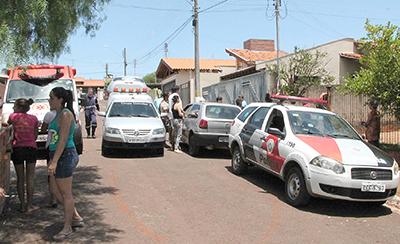 TRISTEZA — Curiosos começam a chegar na casa onde o garoto morreu afogad