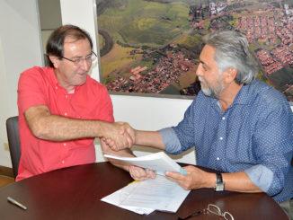 FECHADO — Na tarde de quinta-feira, 20, prefeito Otacílio e o superintendente da Sabesp, Ivan Sobral, acertam a renovação do contrato por 30 anos