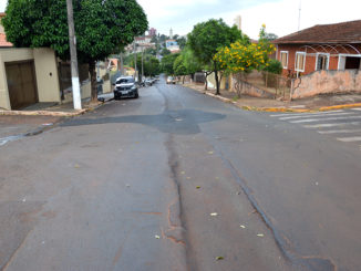 'MAL FEITO' — Sabesp deixou faixa defeituosa na rua Frei Marcos Righi