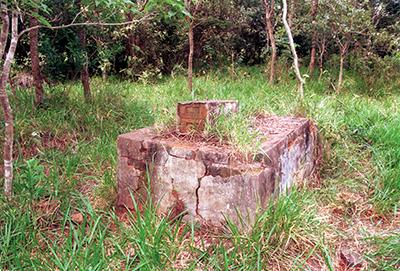 CEMITÉRIO — Túmulos abandonados no mato são rastros da extinta Tupá