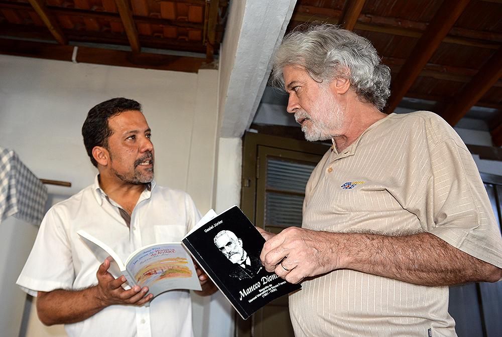 O escritor Gesiel Júnior (à esquerda) se encontrou com Celso Prado na sexta-feira, 14, em Santa Cruz do Rio Pardo
