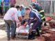Bombeiros e populares retiram o trabalhador do buraco para encaminhá-lo a atendimento médico