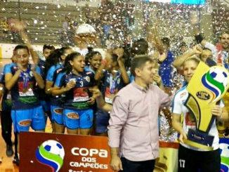 FESTA  — Após vencer adversário por 3x0 na final, jogadoras comemoram título na quadra