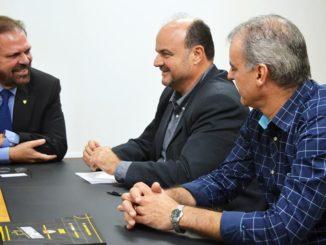 APOIO — Deputado Madalena e Luciano 'Galeguinho', durante reunião com Reinaldo Bastos na FPF