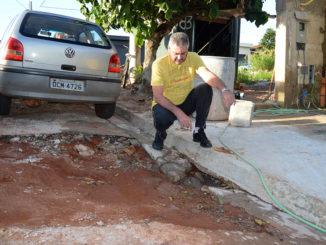 DESCASO — Sem conserto, buraco aumentou nos últimos dias e, inclusive, deixou um caminhão encalhado; o veículo foi retirado por um trator