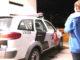 Acima, mulher deixa a UPA após ser atendida e ter o olho 'descolado'