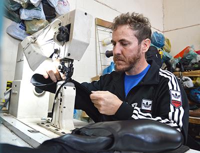 Alessandro, durante o trabalho em sua loja