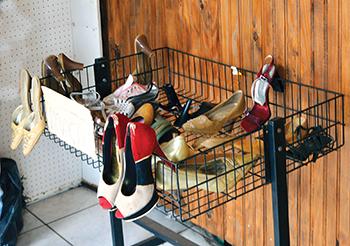 SOLIDARIEDADE — Comércio tem local para doações de calçados usados