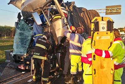Bombeiros e socorristas trabalham para retirar o motorista de um dos caminhões, que ficou preso nas ferragens