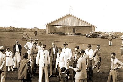 Políticos aguardam o DC-3 da Vasp no aeroporto de Santa Cruz do Rio Pardo, na década de 1950