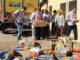 Voluntários recolhem alimentos arrecadados durante a campanha