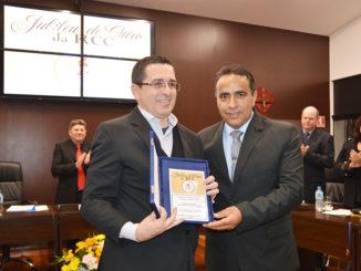 Vereador Joel de Araújo entrega placa comemorativa dos 50 anos da RCC ao coordenador Wendell Ferrer