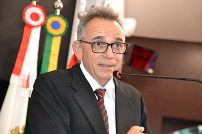 Leandro Logullo faz discurso de agradecimento na tribuna da Câmara