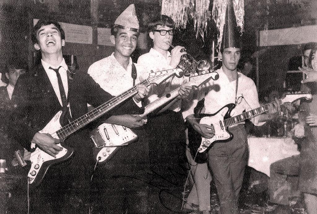 """""""TEMPOS DO IÊ-IÊ-IÊ"""" — João (esquerda) e os amigos que integravam """"Os Versáteis"""", grupo que se apresentava na televisão nos anos 1960 e 1970"""