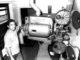 """""""Baiano"""" posa com o antigo projetor do Cine Pedutti, equipamento, como ele, já """"aposentado""""..."""