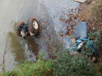 Na tarde deste domingo, o trator, repartido em dois, ainda está na beira do rio Pardo