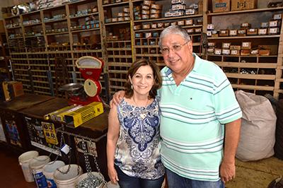 """Ana Maria e """"Tivé"""" num canto da loja onde existe uma balança antiga ainda em funcionamento"""