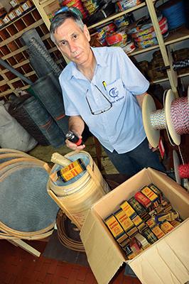 Valdemir mostra antigas válvulas para rádios