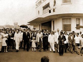 Apaixonado pela política, Renato Marques, antigo gerente da Pedutti, está no centro da foto, de mãos dadas com uma criança, ao lado de Onofre, na caminhada para a posse de Lúcio Casanova em 1948, com o cinema ao fundo