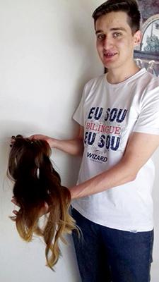 Felipe mostra a cabeleira cortada há dez anos e agora doada a uma professora