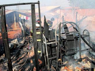 TRAGÉDIA  — O fogo consumiu toda a residência, além dos pertences da família, que é carente; pai enfrentou as chamas para salvar a filha caçula, que dormia no berço