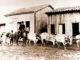 """SÉCULO XIX — Na única foto de Joaquim Manoel de Andrade, o fazendeiro acompanha """"carro de boi"""" pelas ruas lamacentas de Santa Cruz do Rio Pardo"""