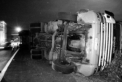 SEM RUMO — Caminhão entrou em alta velocidade na rotatória e ladrões perdem o controle do veículo
