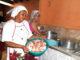 TRABALHO — Na Bom Jardim, cozinheiras se reúnem na véspera para iniciar os preparativos da festa