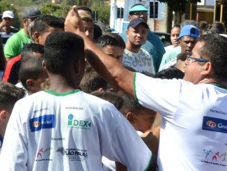 """Em foto do mês passado, Gilson Miranda (à direita, de óculos) participa de desfile do CAS no """"Dia da Pátria"""""""